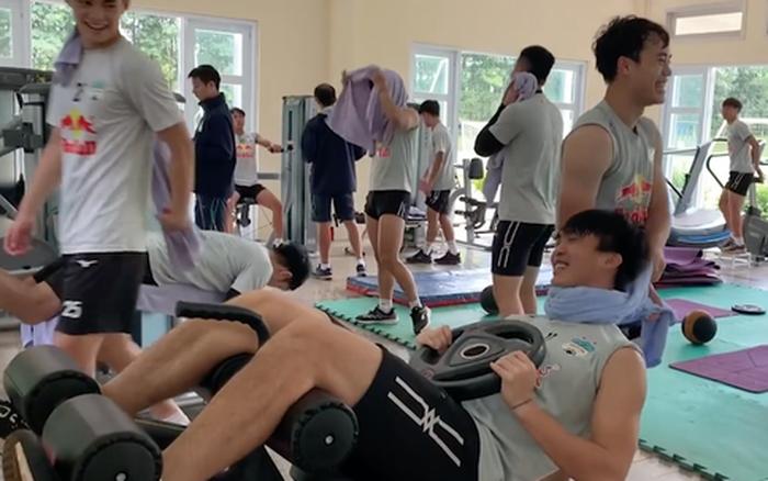 """Văn Toàn """"siết cổ"""" Tuấn Anh, Công Phượng giả ngất khi tập thể lực ở phòng gym"""