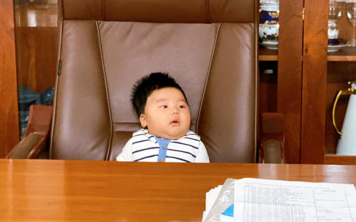 Bức ảnh cho thấy rõ con trai Hoà Minzy sinh ra ở vạch đích: 3 tháng tuổi đã được ngồi chễm chệ trên ghế Tổng giám đốc rồi đây!