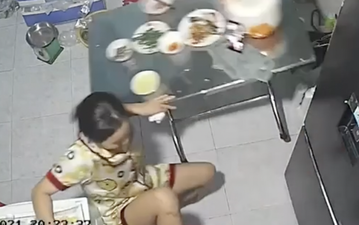 Người Việt có một thói quen cực kì nguy hiểm là gác chân lên ghế khi ăn, xin mời xem luôn clip này để thấy tai hoạ