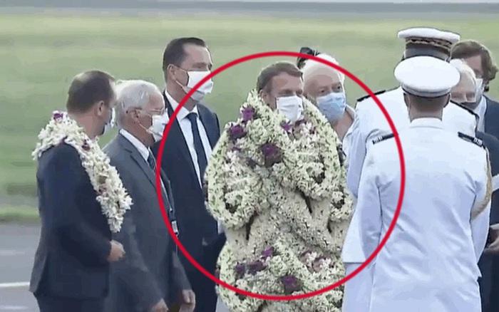 Tổng thống Pháp bất ngờ biến thành vòng hoa khổng lồ di dộng, vẻ mặt