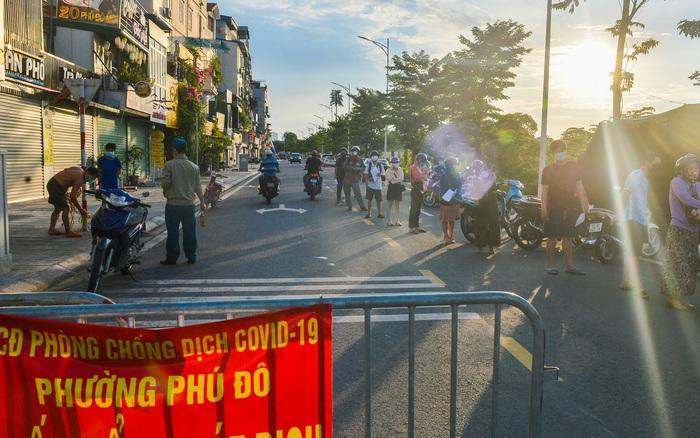 Ảnh: Lập chốt tại các làng ở quận Nam Từ Liêm, người dân ra ngoài không cần thiết sẽ bị xử phạt