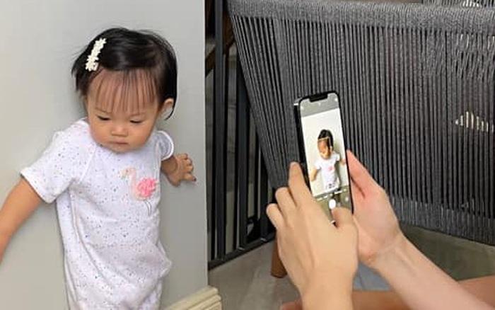 """Ái nữ của Đàm Thu Trang mới 1 tuổi mà toát ra vẻ """"con nhà nòi"""": Tạo dáng như model, lộ hậu trường chụp ảnh nhìn cưng xỉu!"""