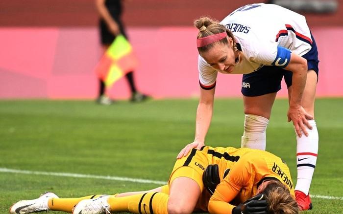 Khoảnh khắc gây sợ hãi: Thủ môn ĐT Mỹ tiếp đất sai cách dẫn đến chấn thương nặng, gục khóc như mưa trên sân, không thể tự đi lại bằng đôi chân