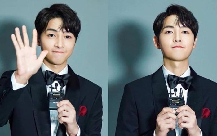 """Song Joong Ki chính thức lộ diện sau bê bối đầu tiên trong sự nghiệp: Lên đồ lồng lộn, visual bảnh bao """"mlem"""" gây bão"""