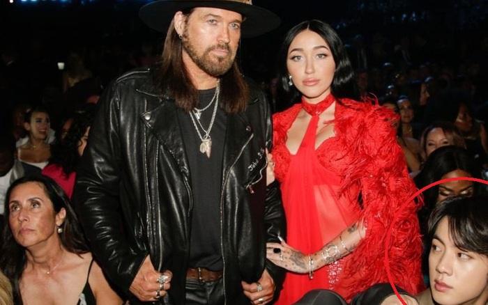 Gia đình Miley Cyrus khoe sắc ở Grammy, nam idol Hàn vô tình