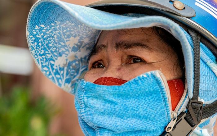 Ảnh: Người nghèo, khuyết tật ở Sài Gòn bật khóc khi được phát gạo miễn phí tại bưu điện - gi�� v��ng tr���c tuy���n