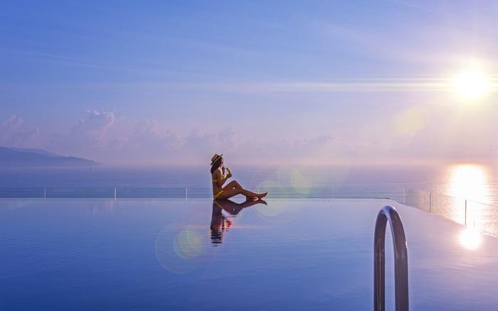 """Khám phá khách sạn 5 sao """"sang chảnh"""" với bốn bể bơi vô cực tuyệt đẹp tại Mũi Né"""