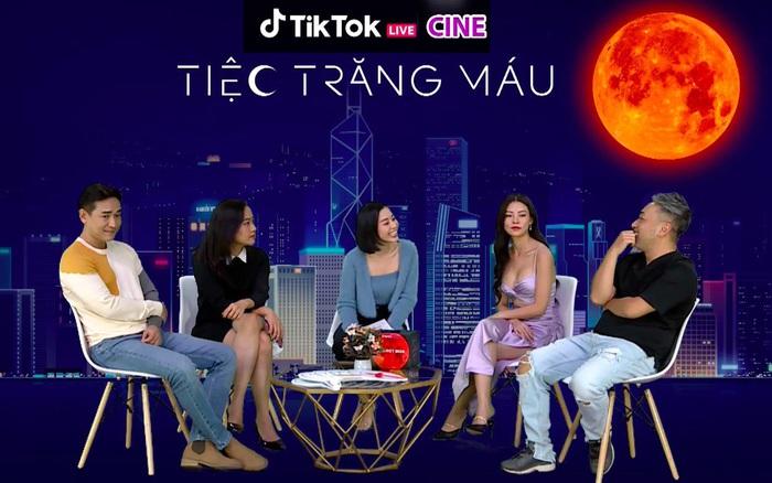 """Đạo diễn, diễn viên Tiệc Trăng Máu chơi thử thách cực """"lầy lội"""" trên livestream của TikTok"""