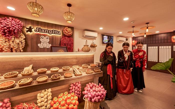 """Hé lộ không gian cổ trang """"hội ngộ kỳ tài"""" và thưởng thức """"buffet lẩu ếch"""" Jiang Hu mới lạ tại Sài thành"""