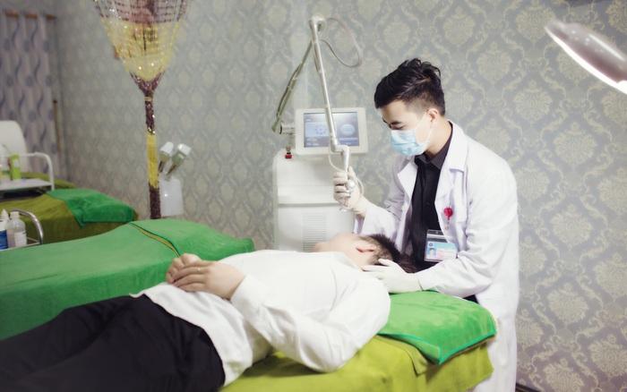Bác sĩ da liễu thẩm mỹ tư vấn chăm sóc da cho các bạn trẻ mùa Covid-19